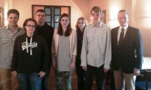 FDP-Kreisvorsitzender Stephen Paul (rechts) und sein Stellvertreter Chris Dimitrakopoulos (links) mit dem neuen JuLi-Kreisvorstand (von links): Annemarie Schuster, Sven Schäffer, Benita Hennig. Monique Ronsiek und Nico Klinger.