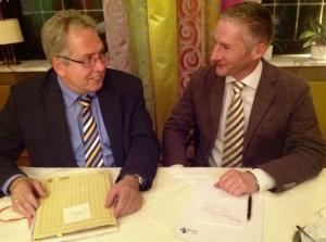FDP-Kreisvorsitzender Stephen Paul begrüßte Kreiskämmerer Jürgen Müller (links) zum gut besuchten Liberalen Monatstreffen im Herforder Hotel Vivendi.