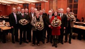 Stephen Paul (2. von rechts) wurde gemeinsam mit anderen Kreistagsmitgliedern geehrt