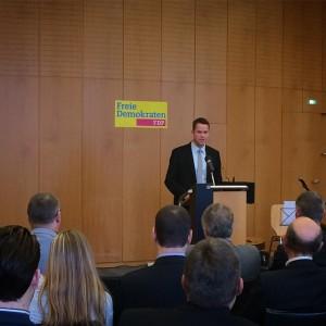 Der erfolgreiche Herforder Unternehmer Oliver Flaskämper spricht zu den rund 120 Teilnehmern des Neujahrstreffens (Foto: Annemarie Schuster)