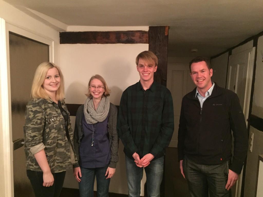 Die Jungen Liberalen Benita Henning, Monique Ronsiek und Nico Klinger (v.l.n.r.) begrüßen Oliver Flaskämper (rechts)