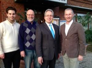 Kreisvorsitzender Stephen Paul (rechts) und seine Stellvertreter (von links) Chris Dimitrakopoulos und Siegfried Mühlenweg begrüßten zum FDP-Kreistreffen den Kämmerer des Kreises Herford, Jürgen Müller (2. von rechts).