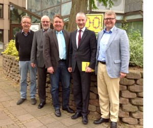 Bürgermeistergespräch in Vlotho mit (von links) Dieter Rösner, Siegfried Mühlenweg, Bernd Stute, Stephen Paul und Frank Schäffler vor dem Rathaus.