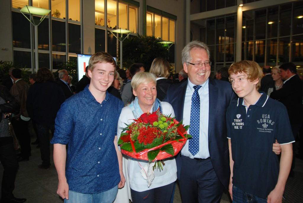 Der neu gewählte Landrat Jürgen Müller mit seiner Frau Claudia Vom Braucke-Müller und den gemeinsamen Söhnen