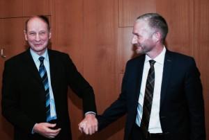 Alt-Landrat Christian Manz dankt gerührt dem FDP-Fraktionsvorsitzenden Stephen Paul für seine Worte anlässlich der feierlichen Verabschiedung im Kreistag.
