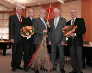 Der neue Landrat Jürgen Müller (in der Mitte) erhält nach seiner Vereidigung erste Glückwünsche und Geschenke vom ersten stellv. Landrat Hartmut Golücke, Alt-Landrat Christian Manz, zweiten stellv. Landrat Friedel Möhle und vom ehemaligen Kreiskämmerer Hans Stuller (von links).