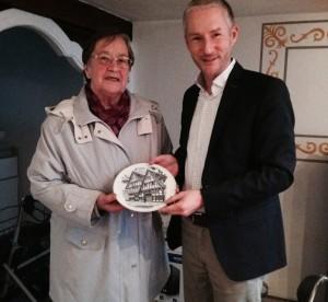Regina Krüger schenkte Stephen Paul einen alten Schmuckteller, der das Remensniderhaus zeigt.