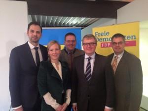 Der neue geschäftsführende Bezirksvorstand der FDP OWL (v.l.n.r.): Marc Lürbke MdL, Laura von Schubert, Kai Abruszat, Frank Schäffler und Markus Schiek.