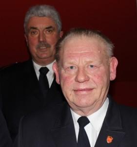 Kreisbrandmeister Wolfgang Hackländer (hinten) ehrt Friedrich-Wilhelm Südmersen mit der  Sonderauszeichnung in Gold der NRW-Feuerwehren (Foto: Kohlmeyer).