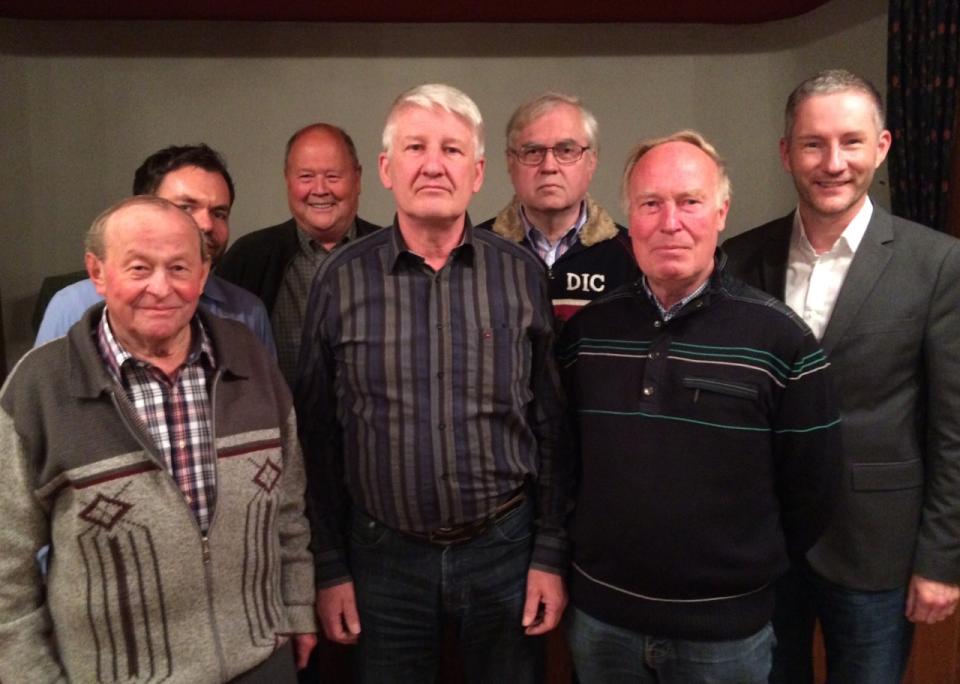 FDP-Kreisvorsitzender Stephen Paul (rechts) mit dem Ortsvorsitzenden Ralf Feldkord (Mitte) und weiteren Freien Demokraten in Kirchlengern.