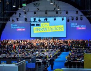 Delegierte und Vorstand vorne gemeinsam auf der Bühne. Großer Zusammenhalt auf dem NRW-Landesparteitag.