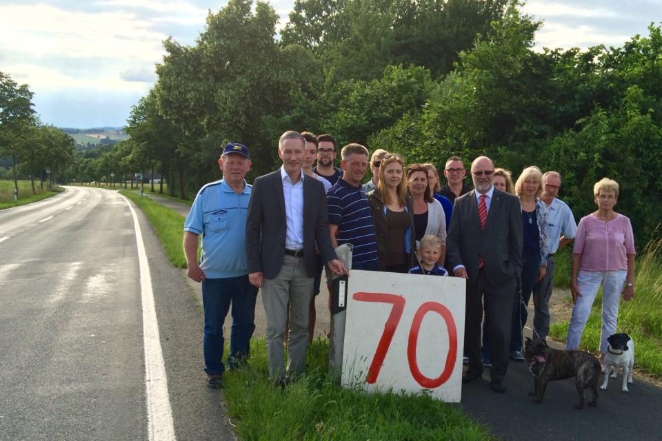 Pro Tempolimit: Der FDP-Kreisvorsitzende Stephen Paul (2.v.l.) und sein Stellvertreter Siegfried Mühlenweg (5.v.r.) kämpfen gemeinsam mit den Anwohnern für eine Geschwindigkeitsbegrenzung auf der Hohenhausener Straße in Vlotho-Steinbründorf.
