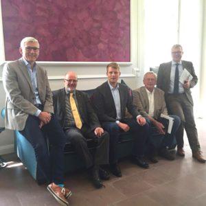 Ließen sich von Frank Vögel (l.) über die Unternehmensgruppe informieren: v.l. Siegfried Mühlenweg, Hennig Töne, Wilhelm Ober-Sundermeyer und Frank Schäffler