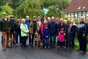 Trotz trüben Wetters brachen die Freien Demokraten im Kreis Herford am Wochenende zu ihrer ersten Herbstwanderung auf. Hier zu Beginn am Parkplatz an der Hohenhausener Straße in Vlotho. Im Laufe der fünf Kilometer langen Strecke über den Bonstapel schlossen sich weitere Teilnehmer an.