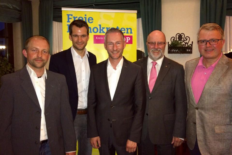 (von links) Carsten Wollny, Johannes Vogel, Stephen Paul, Siegfried Mühlenweg und Frank Schäffler bei der FDP-Kreiswahlversammlung im Hotel Freihof in Hiddenhausen.