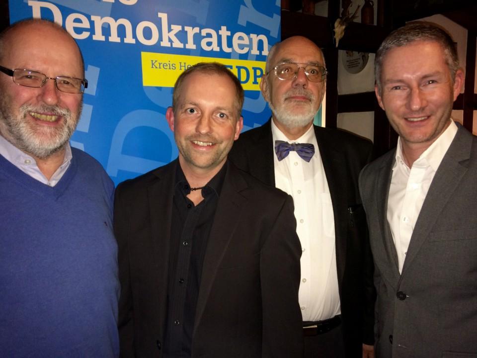 """Im Bünder Weinlokal """"Schnutetunker"""": Siegfried Mühlenweg, Carsten Wollny, Holger Ellerbrock MdL und Stephen Paul (von links)."""